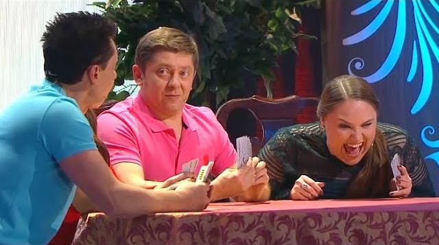 Фото Две семьи играют в карты