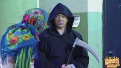 видео уральских пельменей В подъезде. Костюм смерти